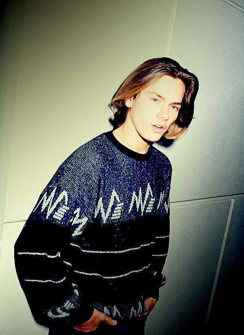 river-phoenix-academy-award-nomination-ceremony-graphic-sweater-cool-guy-vintage-style-idol