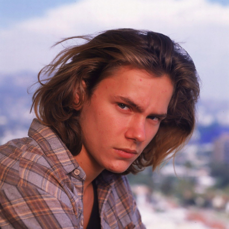 river-phoenix-in-plaid-too-rock-n-roll-style-idol-vintage-style-inspiration